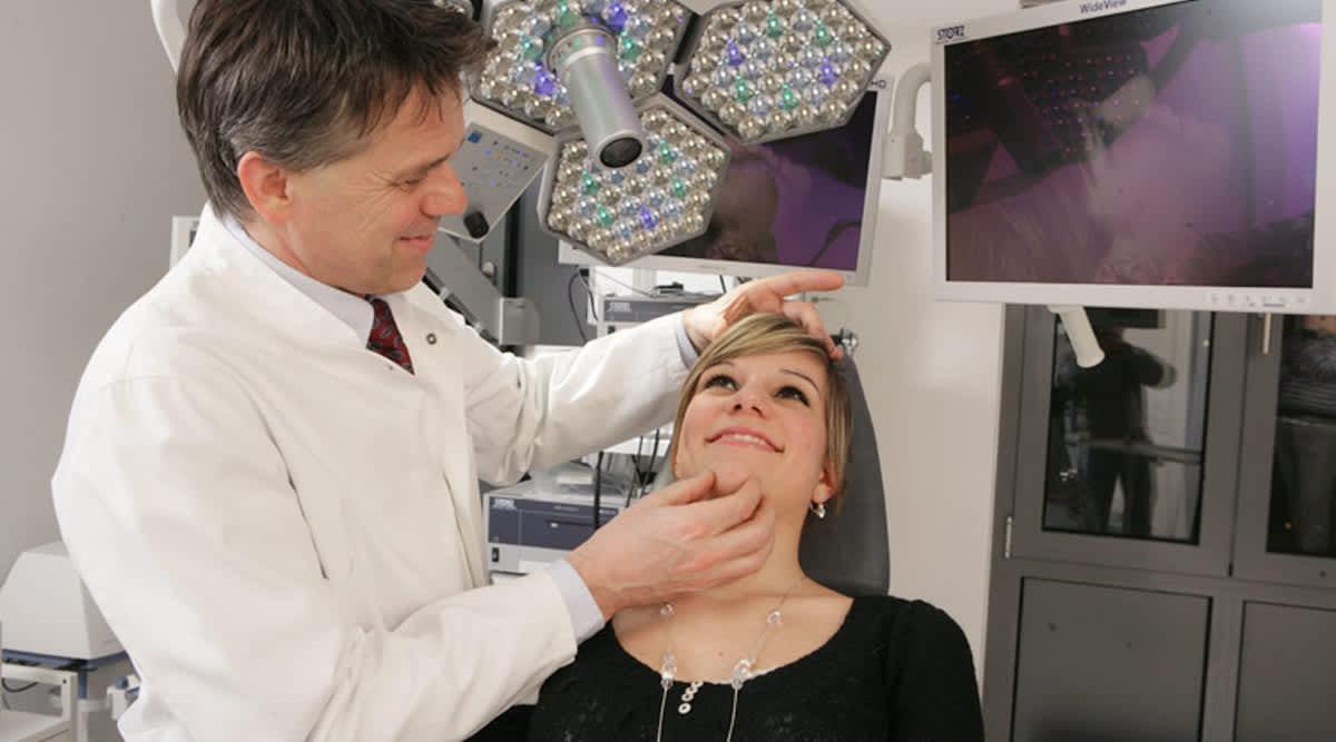 Prof Heppt untersucht eine Patientin
